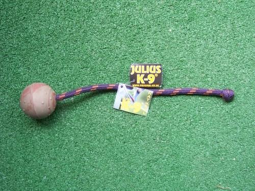 Ball von Julius-K9 mit Schnur und Knoten